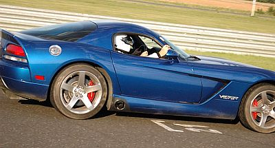 Dodge Viper Ringtaxi Zielgerade drive close 400